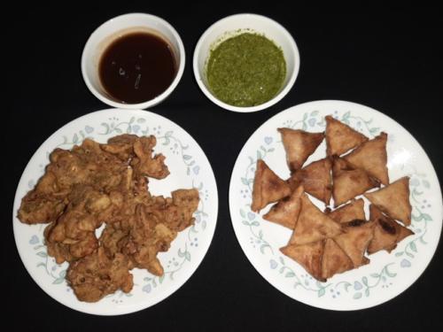 Pakora and Mini Lentils Samosa with Coriander and Tamarind Dip